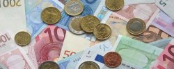 Euro kleslo pod 25 korun. Koruna dohání posílení, které se očekávalo dříve