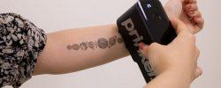 Tetování bez jehly? Tato mašinka vám během pár minut vytvoří kérku dle vašeho přání